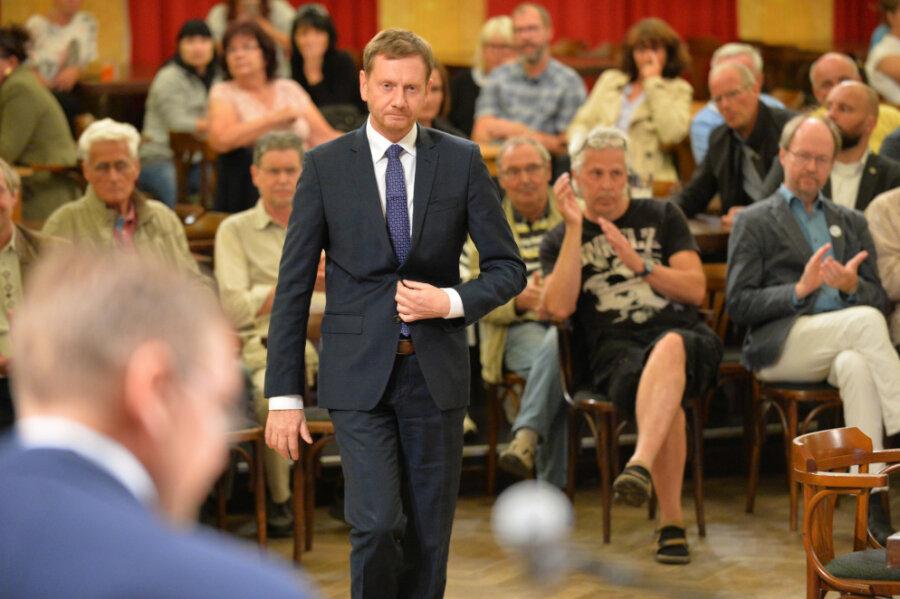 Ministerpräsident Kretschmer ging zu Beginn der Veranstaltung auf die zurückliegende extreme Zeit der Coronapandemie ein und eröffnete die Diskussionsrunde.