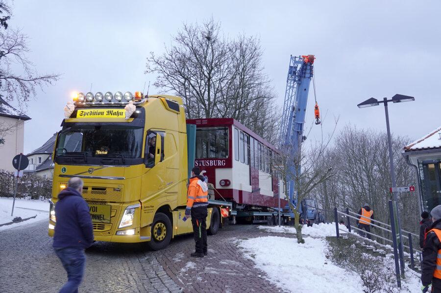 Am Donnerstagmorgen kamen die Drahtseilbahnwagen in Augustusburg an.