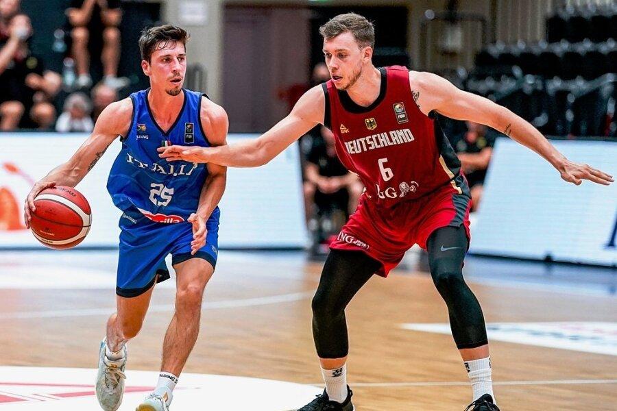 Jan Niklas Wimberg (rechts, hier gegen Italiens Michele Ruzzler) hat mit dem Basketball-Nationalteam den Supercup gewonnen.