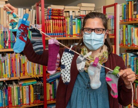 """Auch in der Bibliothek in Penig kann in der kommenden Woche wieder gestöbert werden, wenn die Infektionszahlen niedrig bleiben. Leiterin Antje Grabner freut sich auf viele weitere junge Leser, die an einer Mitmachaktion teilnehmen. Zum 25. Geburtstag des Kinderbuchs """"Rabe Socke"""" kann eine gewaschene Socke gegen eine Überraschung eingetauscht werden."""
