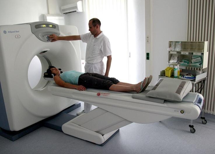 """""""Probefahrt"""" in den neuen Computertomographen: Radiologe Sascha Nikolov, der als niedergelassener Facharzt für Radiologie im Olbernhauer Krankenhaus arbeitet, testet mit Schwester Sybill Wohner das neue Gerät. Die ersten Patienten wurden damit bereits untersucht."""