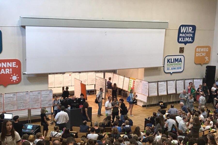 Schülerinnen und Schüler starten Diskussion auf Klimakonferenz