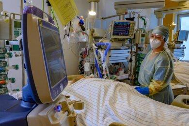Die Betreuung schwer an Covid-19 erkrankter Patienten ist besonders pflegeaufwendig. Dieses Foto entstand beispielhaft im Chemnitzer Klinikum.