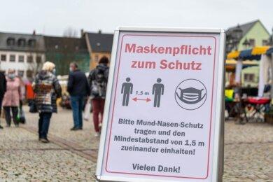 Maskenpflicht auf dem Wochenmarkt in Rochlitz: ein Aufsteller soll die Marktbesucher informieren.