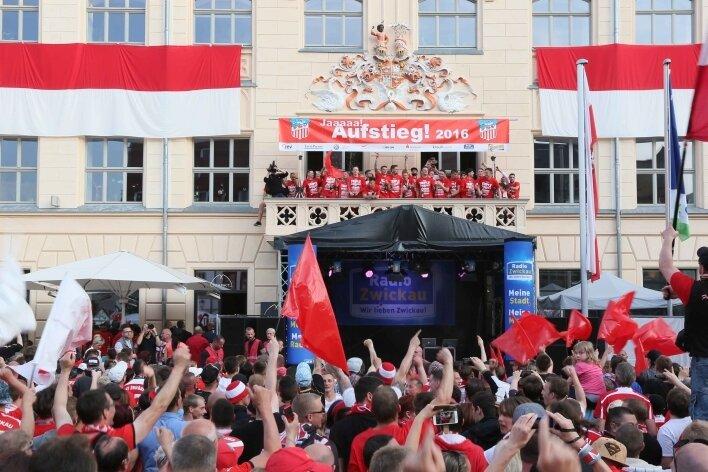 Auf dem Rathausbalkon ließ sich die Mannschaft in ihren frisch übergestreiften Triple-Trikots (Regionalliga-Meister, Qualifikation für DFB-Pokal, Aufstieg in 3. Liga) von Tausenden Zwickauer Anhängern feiern.