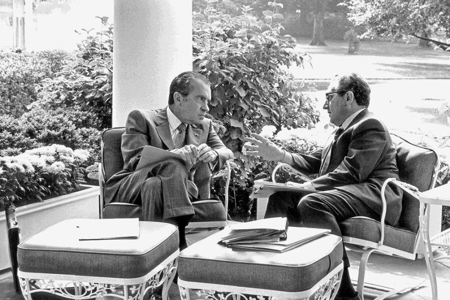 Henry Kissinger (r.), damals Nationaler Sicherheitsberater, im Gespräch mit US-Präsident Richard Nixon. Eine Aufnahme von 1972.