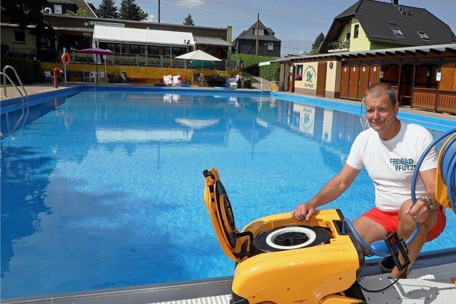 Das Freibad ist perfekt für Gäste vorbereitet, doch kaum jemand kommt zum Schwimmen. Bademeister Joachim Haase konnte in diesem Monat erst 800 Besucher im Oberlungwitzer Freibad begrüßen.