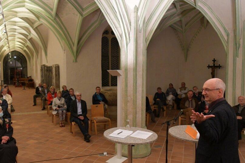 """Dompfarrer Urs Ebenauer begrüßte die Zuhörer zum zweiten """"Freiberger Kreuzganggespräch"""". In dem restaurierten, rund 500 Jahre alten Gewölbe ging es um das Thema """"Fake News"""" und den verantwortungsvollen Umgang mit sozialen Medien."""