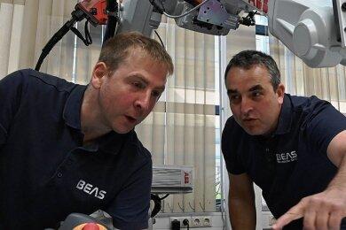 Das Chemnitzer Unternehmen BEAS-Technology (im Bild links Mitarbeiter Rene Schubert mit Geschäftsführer Carsten Fuchs) hat mit Geschäftspartnern eine Spendenaktion gestartet, mit deren Hilfe die medizinische Versorgung von Corona-Patienten in drei indischen Städten unterstützt wird.