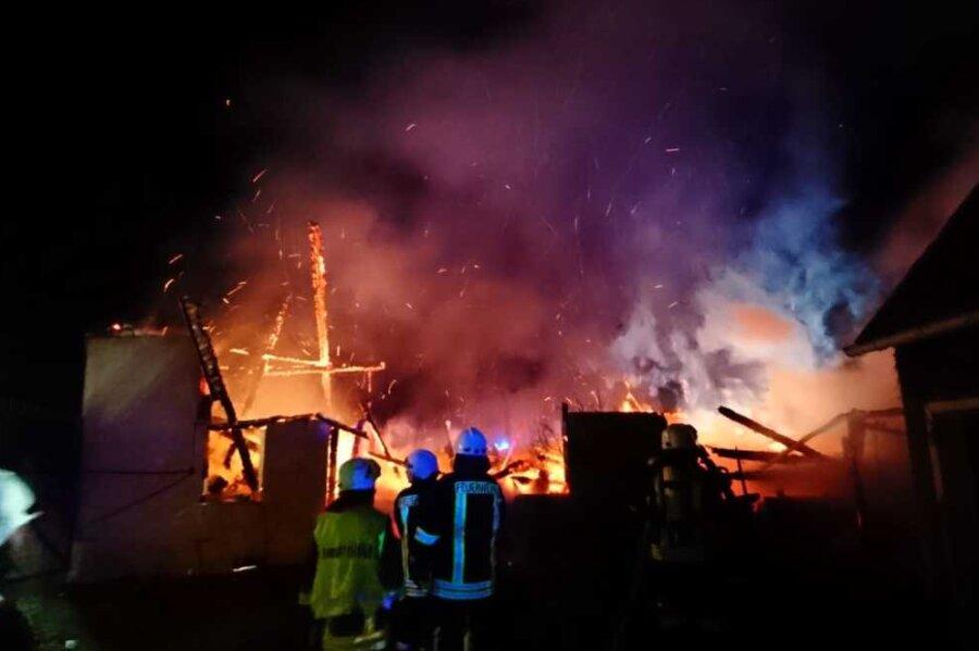 Seifersdorf: Scheune an Dreiseitenhof brennt nieder