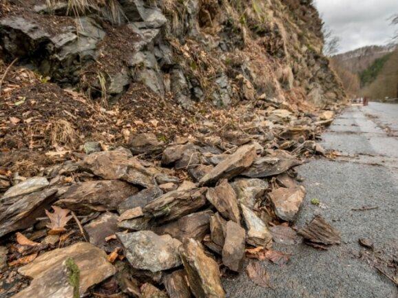 Auf der S 228 zwischen Scharfenstein und Hopfgarten besteht weiter Steinschlaggefahr. Deshalb muss die Straße bis zum Abschluss der Sicherungsarbeiten weiter gesperrt bleiben.