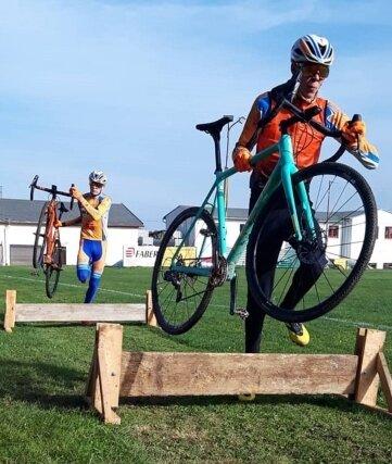 Auch das Tragen der Fahrräder über Hindernisse wurde geübt.