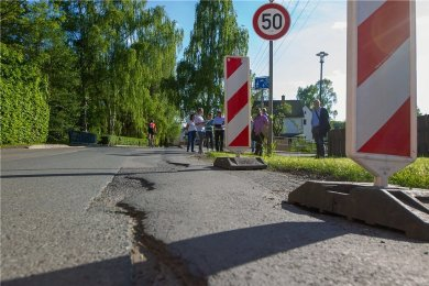 Kaputte Straßen gibt es auch in Kauschwitz. Warnbaken markieren dort den mangelhaften Fahrbahnrand und warnen die Autofahrer.