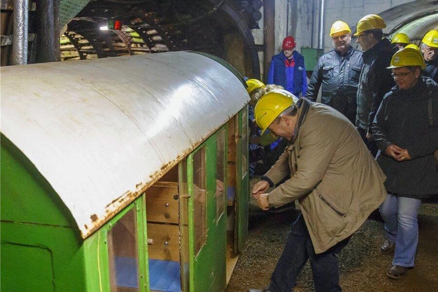 Besucher einer Veranstaltung in den Zinnkammern steigen in die Grubenbahn, die sie drei Kilometer weit in den Berg hinein bringt. Das Bild ist eine Archivaufnahme.