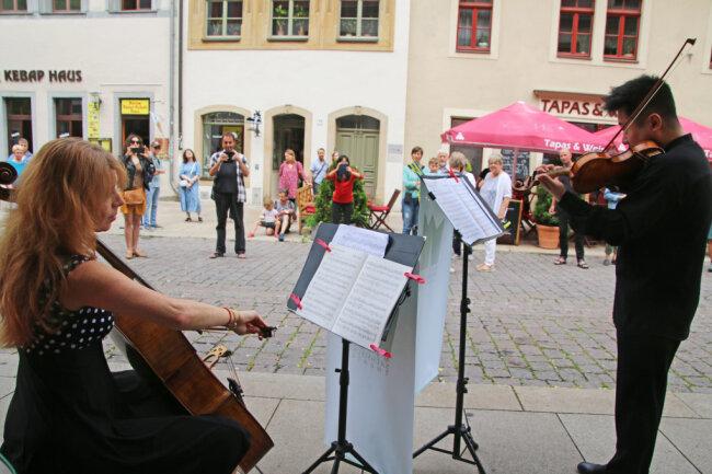 Lilia Jatscheva und Sergey Tsoy von der Mittelsächsischen Philharmonie bei ihrem Auftritt vor dem Kunsthandwerkerhof an der Burgstraße.