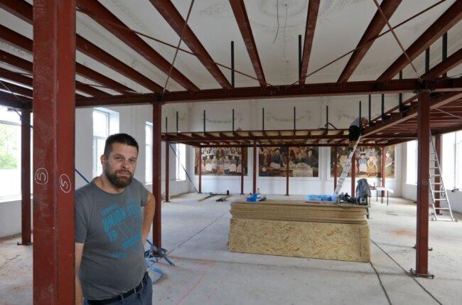 Michael Becker im Saal des Glauchauer Meisterhauses. Hier soll künftig automatisierte Haustechnik demonstriert werden. Das Wandbild von Peter Schönhoff bleibt erhalten.