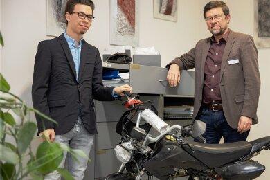 Jannik Schaarschmidt (l.) und Holger Trautmann mit dem Pocketbike - einem kleinen motorisierten Zweirad - das im Fundbüro auf seinen rechtmäßigen Eigentümer wartet.