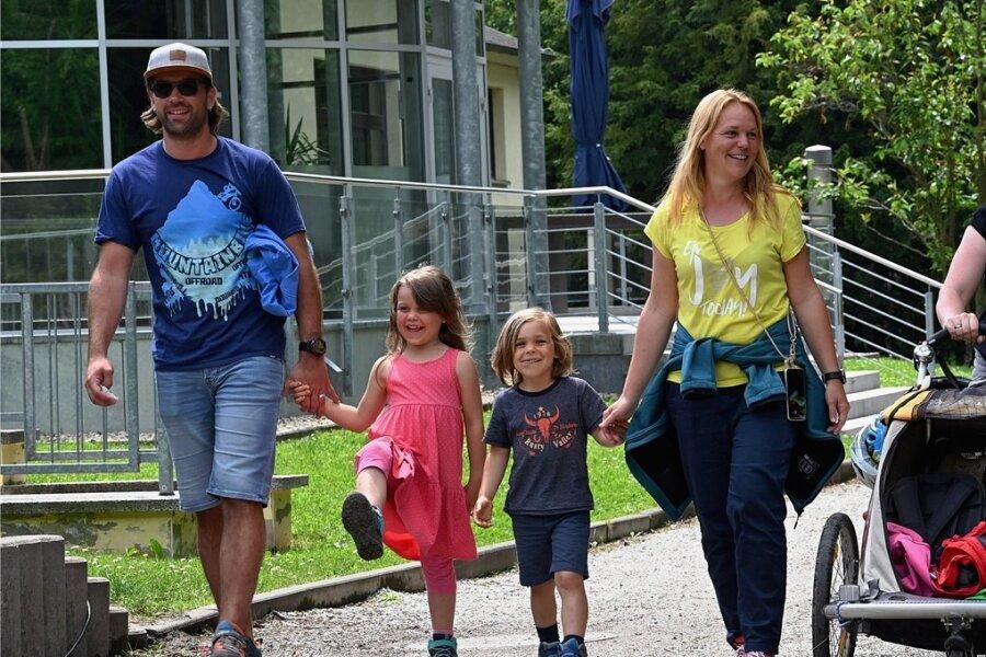 Sandra und Florian Essig aus Stuttgart mit den Finja und Collin (links) sowie Stefanie und Sebastian Horn aus Limbach-Oberfrohna mit ihren Kindern Norah und Hanah (im Wagen) beim Bummel durch den Stadtpark. Die beiden Familien sind befreundet und genossen ihr Wiedersehen.