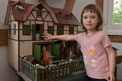 Nach dem Schaukeln hat Amilie den Bauernhof entdeckt. Damit zu spielen ist allerdings nicht möglich.
