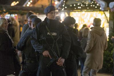 Ein Polizist steht während eines Einsatz im Einkaufszentrum Centro am angrenzenden Weihnachtsmarkt. Spezialeinheiten haben im Anschluss in Duisburg zwei Männer wegen der möglichen Vorbereitung eines Anschlags auf ein Einkaufszentrum festgenommen. Die beiden Brüder stünden im Verdacht, möglicherweise einen Angriff auf das Einkaufszentrum Centro in Oberhausen vorbereitet zu haben. Foto: Arnulf Stoffel/dpa