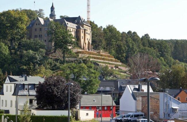 Die Zeichnung zeigt den Schlossberg, auf dem derzeit ein Kran von umfangreichen Bauarbeiten kündet.
