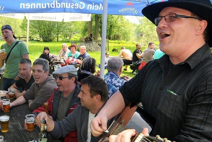 So sah es sonst zum Männertag in Sachsenburg aus, da griff Andreas Wegert auch zur Gitarre. In diesem Jahr gibt es keine Sitzplätze im Biergarten.