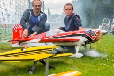 Hannes Meusel (links) gehört noch zu den Anfängern unter den Schneeberger Modellfliegern. Mit René Leonhardt hat er aber einen erfahrenen Fluglehrer an seiner Seite.