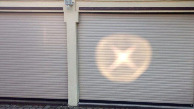 Lichtspiegelungen wie diese können nur von einem Fenster aus Isolierglas stammen. Denn so eben wie es auf den ersten Blick scheint, ist es nicht.