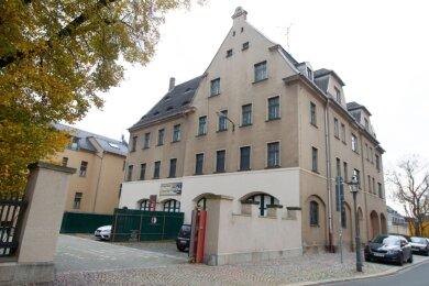 Das frühere Brandschutzamt steht seit Jahren leer. Nun soll es saniert und mit dem Vogtlandmuseum verbunden werden. Baukosten: etwa 2,6 Millionen Euro, plus 272.000 Euro für die Ausstattung.