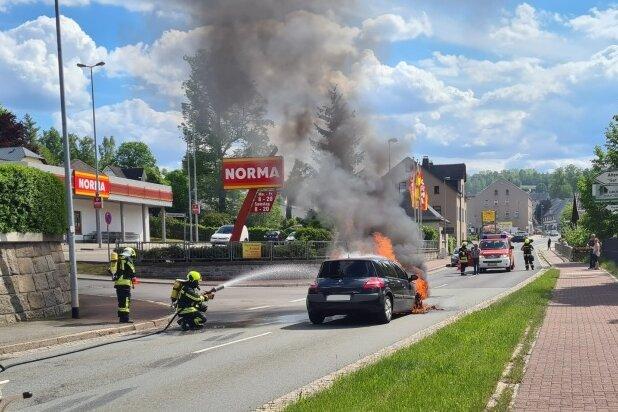 Schneeberg: Renault gerät auf Kreuzung in Brand