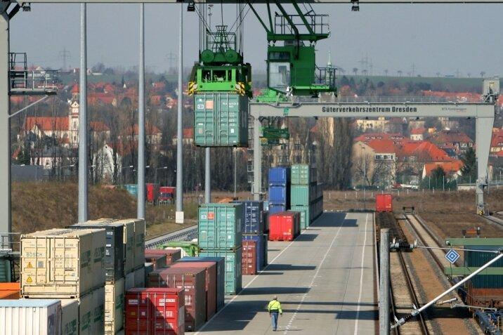 Umschlagterminal des relativ großen Güterverkehrszentrums Dresden: Weil die Bahnlinie durchs Elbtal überlastet ist, könnte die Strecke Plauen-Cheb (Eger) eine Alternative darstellen.