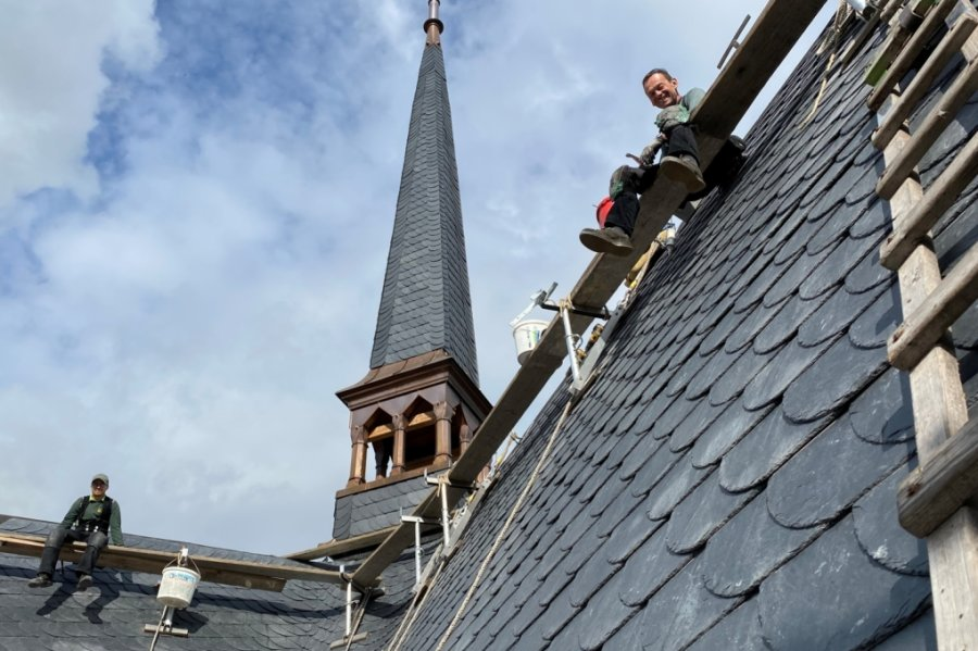 Kurze Pause am schmucken Dachreiter. Meister Felix Voit (links) und Altgeselle Jörg Schwabe an ihrem jetzt für immer geräumten Arbeitsplatz. Mit der in drei Bauabschnitten erfolgten Dacheindeckung ist die vor zwölf Jahren begonnene Kirchensanierung nahezu abgeschlossen.