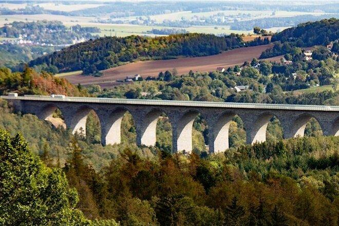 An der Färbung der Steine ist erkennbar, wo der Bau der Autobahnbrücke bei Pirk 1940 eingestellt und 1990 wieder fortgesetzt wurde.