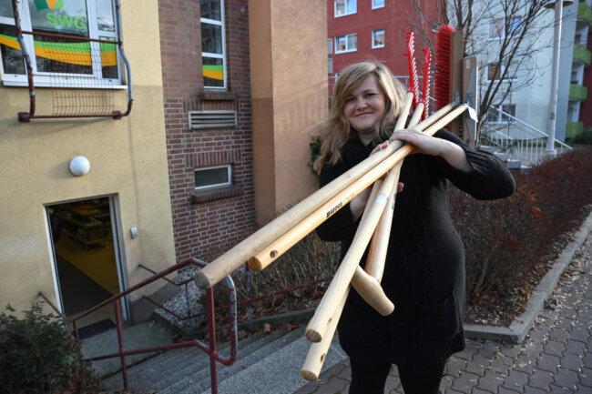 """Cindy Paukert vor dem künftigen """"Karleihla"""". Dort können auch Schaufeln für den Winterdienst ausgeliehen werden."""