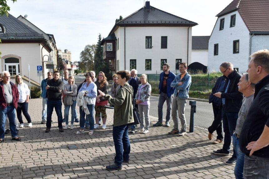 Ortsrundgang in Taura: Katharina Groß vom Planungsbüro Cima Leipzig (vorn Mitte), das am Ortsentwicklungskonzept mitwirkt, will von den Einwohnernerfahren, was sie sich an Veränderungen in ihren Gemeinden wünschen und vorstellen können.