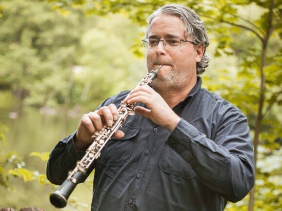Burkhard Weber ist Solo-Oboist am Theater Plauen-Zwickau. Das Foto entstand im September im Plauener Stadtpark.