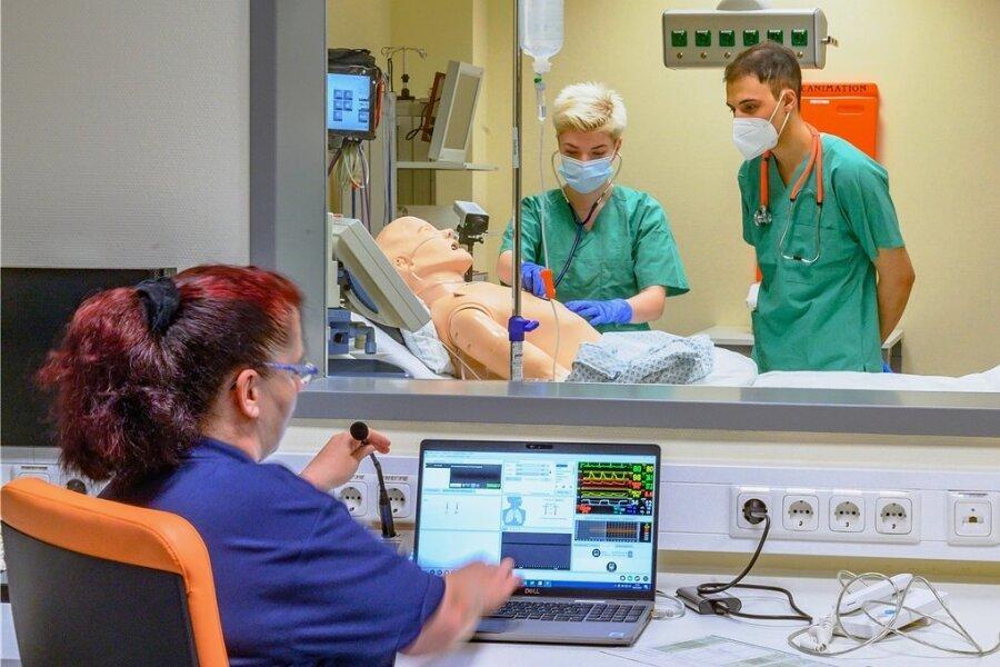 Herrn Müller kann geholfen werden: Die angehenden Mediziner Luise Schindowski und Philip Nazir üben im neuen Skills Lab den Umgang mit Patienten. Oberärztin Katrin Slany (links) kann ihre Schritte mittels Technik begutachten.