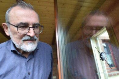 Die Einschüsse an der Terrassentür des Wohnhauses von Frank Petermann in Mühlau sind jetzt nicht mehr zu sehen. Das Glas wurde erneuert. Im April 2020 war das Haus des Bürgermeisters ins Visier von zwei jungen Leuten geraten. Am Donnerstag gab es dazu ein Gerichtsurteil.