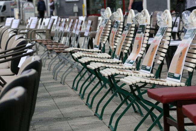 Etwa 60 Gastronomen haben am Freitagmittag auf dem Zwickauer Hauptmarkt auf ihre schwierige Lage aufmerksam gemacht.