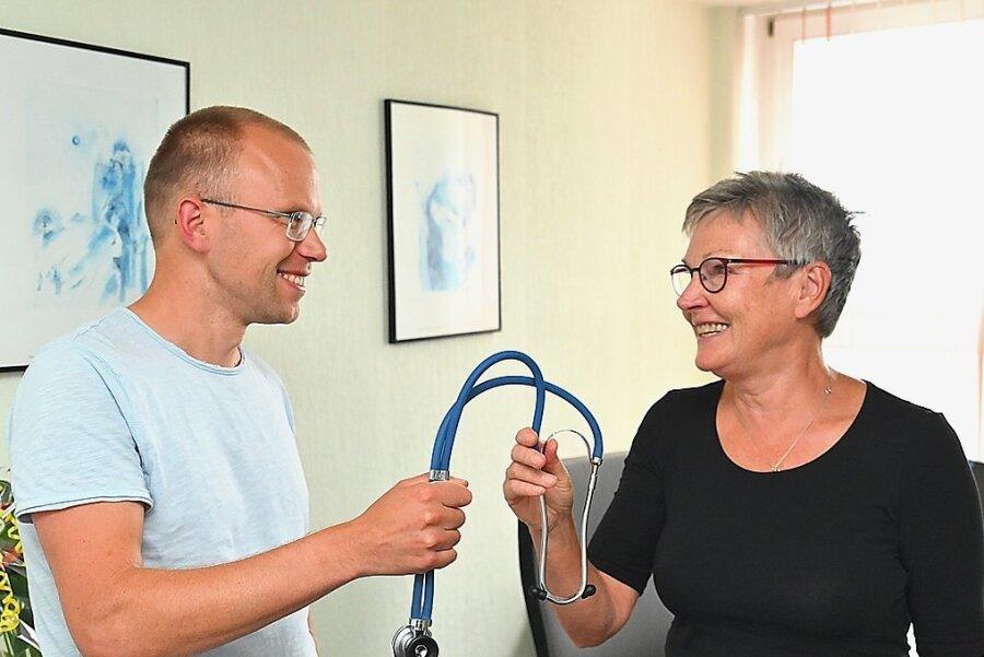 Der Staffelstab wird nicht weitergegeben, wohl aber das Stethoskop. Ute Zillmann übergibt ihre Praxis in rund zwei Wochen an Jörg Janke.
