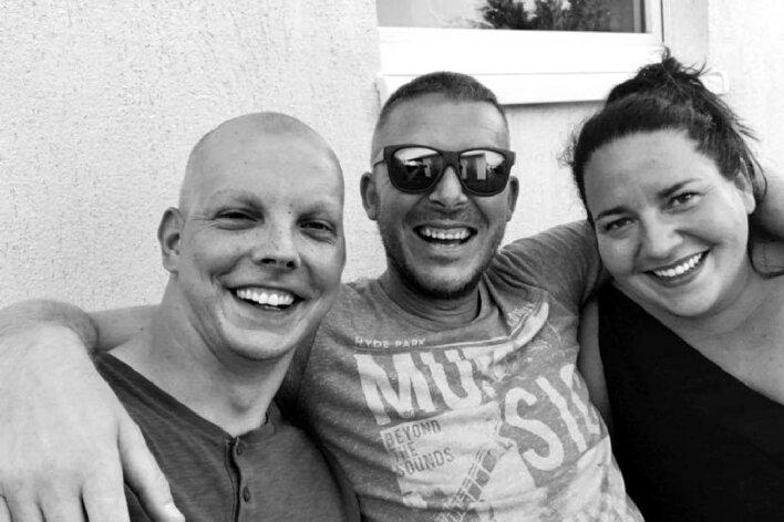 Sie waren beste Freunde: Eric Günzel (links) ist vor sechs Wochen gestorben. Andreas Höhn, Nicole Roßner und weitere Freunde wollen der hinterbliebenen Ehefrau und ihren beiden Kindern helfen.