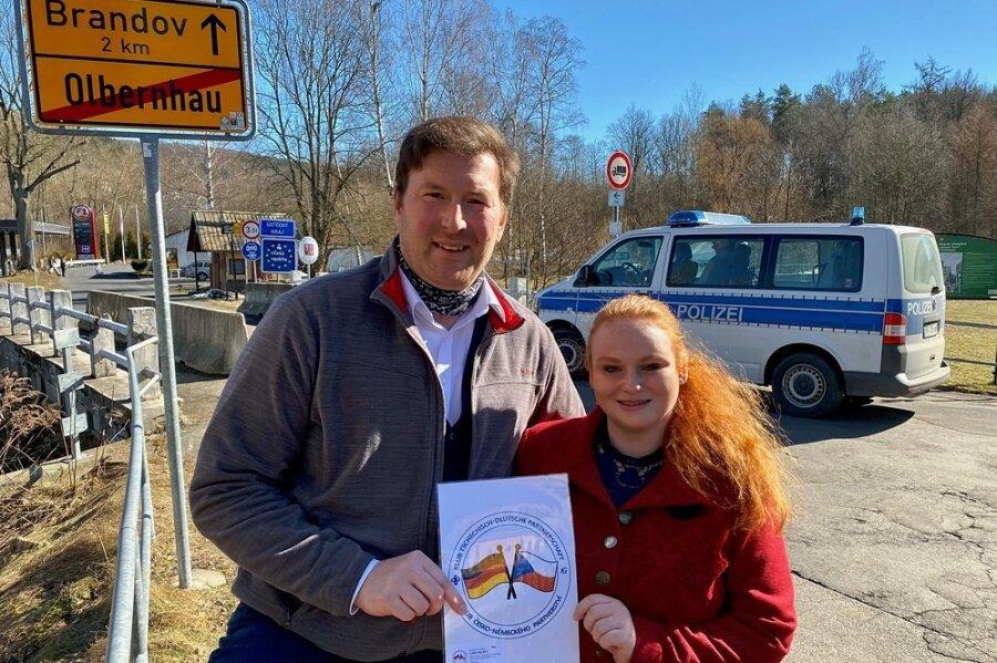 Aus Nachbarn wurden Freunde: Lars Helbig und Jana Vostalová vom Klub Tschechisch-Deutsche Partnerschaft am Grenzübergang Olbernhau/Brandov. Indiesen Tagen kontrolliert hier die Bundespolizei, fast niemand darf passieren.