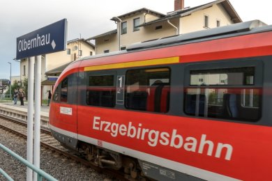 Am Sonnabendmorgen verließ fahrplanmäßig 7.43 Uhr ein roter Dieseltriebwagen der Erzgebirgsbahn den Bahnhof Olbernhau in Richtung Chemnitz.