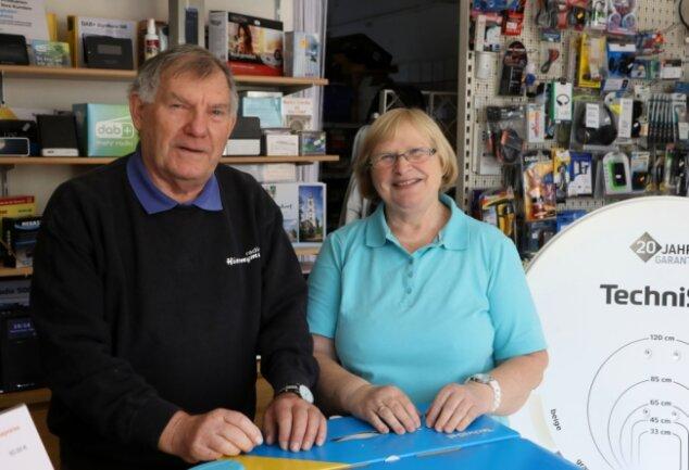 Sieglinde und Gerd Hieronymus in ihrem neuen Laden in Gersdorf. Das passierte am gleichen Tag wie beim Start vor 49 Jahren.