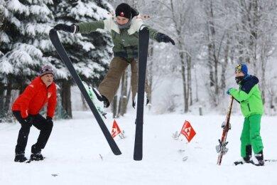 Frank Häuer errichtete mit seinen beiden Enkeln Anton (rechts) und Lukas (Mitte) eine Skisprungschanze, die Sprünge bis sieben Meter zulässt.