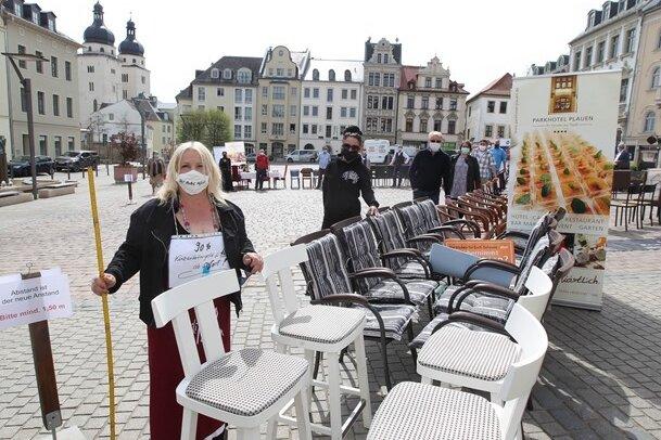 Mit dem Zollstock achteten die vogtländischen Kneipiers bei ihrem Protest auf dem Plauener Altmarkt auf die Einhaltung des Mindestabstandes. Sinnbild ihrer Protestaktion am Freitag waren die leeren Stühle.