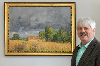 Großschirmas Bürgermeister Volkmar Schreiter in seinem Arbeitszimmer vor einem Gemälde von Otto Altenkirch.