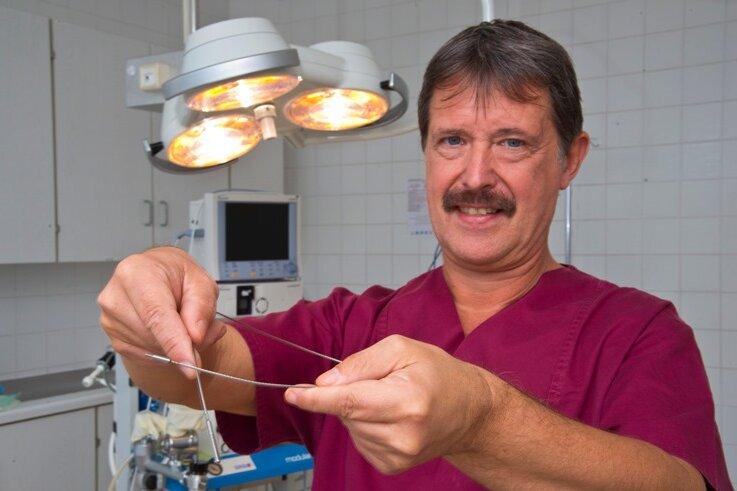 Dr. Schwalbe mit einer Edelstahlsonde fürs Venenstripping.