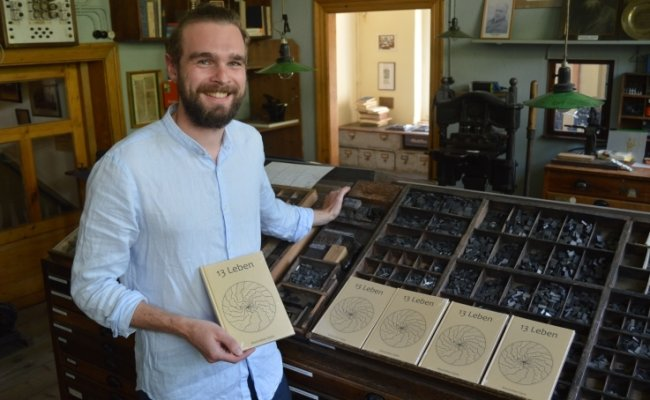 """Maximilian Opitz aus Adorf im Burkhardtsdorfer Buchdruckerei-Museum mit seinem neuen Band """"13 Leben""""."""