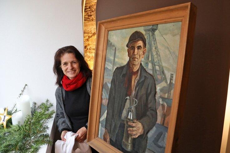 Galerieleiterin Silke Hirsch mit einem Werk aus dem Kunst-Adventskalender. Alle 24 Arbeiten bilden die erste Ausstellung in 2021.